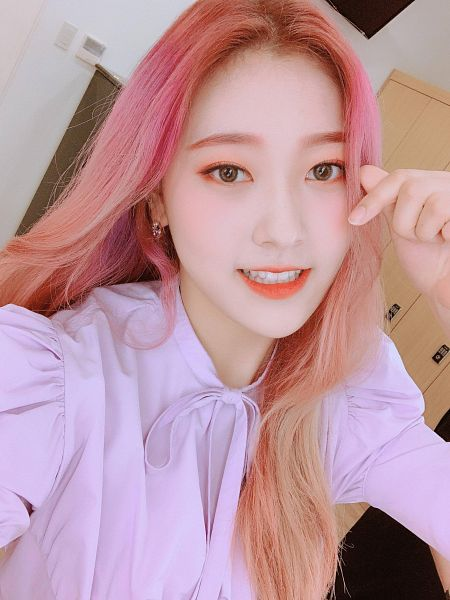 Tags: K-Pop, LOOΠΔ, Choerry, Bow, Pink Bow, Pink Hair, Door, Light Background, Pink Shirt, White Background, Red Lips, Heart Gesture