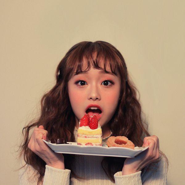 Tags: K-Pop, LOOΠΔ, Chuu, Brown Background, Make Up, Sweets, Strawberry, Blush (Make Up), Fruits, Chocolate, Black Eyes, Cake