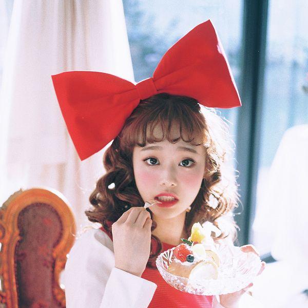 Tags: K-Pop, LOOΠΔ, Chuu, Sitting On Chair, Bow, Blush (Make Up), Wavy Hair, Red Bow, Blueberry, Black Eyes, Hair Ornament, Chair