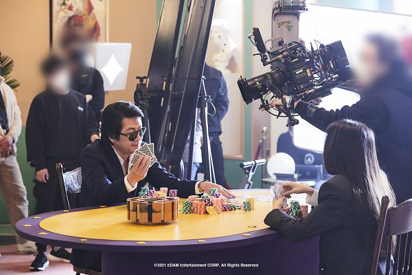 Tags: K-Drama, K-Pop, Coin (IU), IU, Kim Yoon-seok, Chair, Glasses, Table, Sunglasses, Duo, Sitting On Chair, Camera