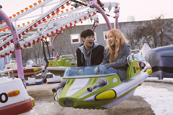 Tags: K-Pop, Red Velvet, Wendy, Eric Nam, Hoodie, Amusement Park, Wavy Hair, Duo, Black Jacket, Gray Outerwear, Laughing, Couple