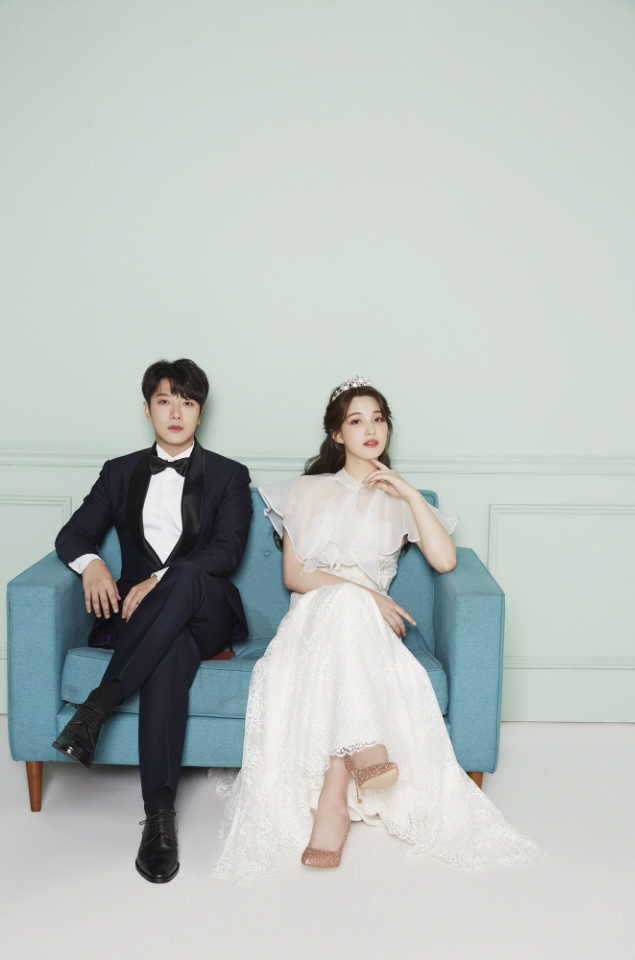 Tags: K-Pop, FTISLAND, Laboum, Kim Yulhee, Choi Minhwan, Couple, Crown, Duo, Sitting On Couch, Black Neckwear, Couch, Flower Crown