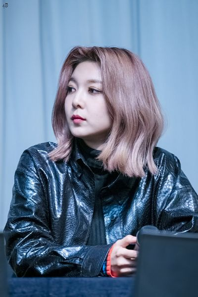 Tags: K-Pop, Dreamcatcher, Dami (Dreamcatcher), Leather Jacket, Black Outerwear, Holding Object, Microphone, Black Jacket, Chair, Sweater, Sitting On Chair, Table