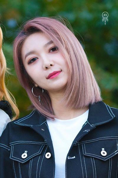 Tags: K-Pop, Dreamcatcher, Dami (Dreamcatcher), Make Up, Buttons, Pink Hair, Looking Ahead