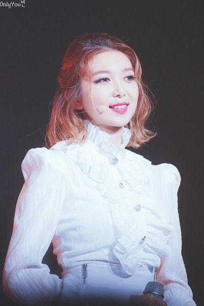 Tags: K-Pop, Dreamcatcher, Dami, Holding Object, White Shorts, Shorts, Dark Background, Buttons, Black Background