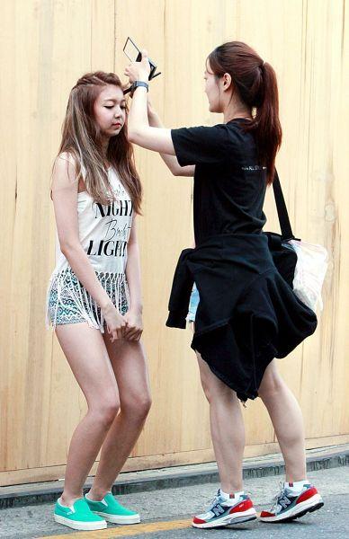Tags: K-Pop, Minx, Dreamcatcher, Dami, Crouching, Sneakers, Blue Footwear, Sleeveless, Bag, Black Jacket, Brown Background, Shoes