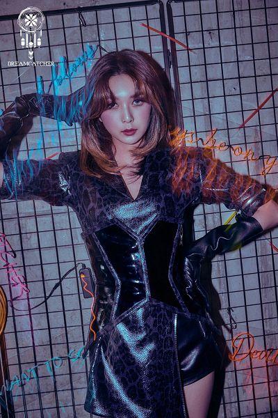 Tags: K-Pop, Dreamcatcher, Dami, Corset, Long Gloves, Black Dress, Leopard Print, Gray Background, Medium Hair, Text: Artist Name, Animal Print, Hand On Hip