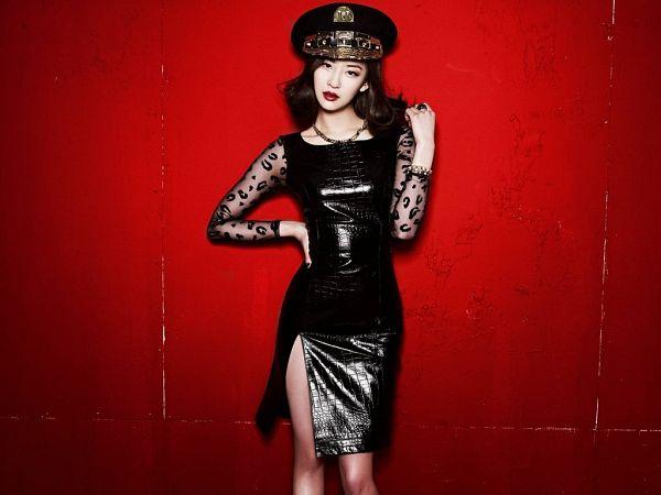Tags: K-Pop, Sistar, Alone, Dasom Kim, Hand On Shoulder, Red Background, Red Lips, Black Dress, Hand On Hip, Black Headwear, Necklace, Dress Slit