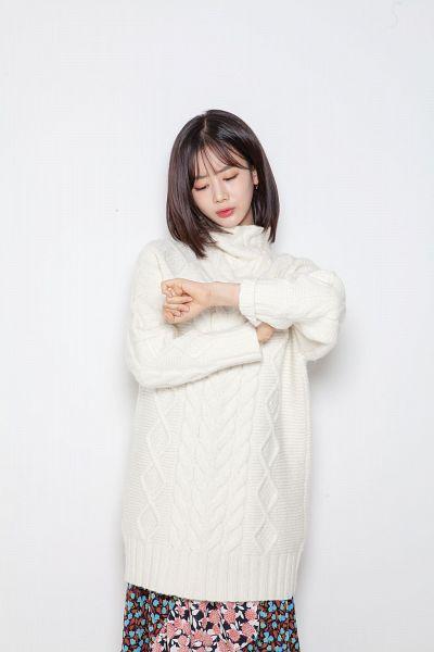 Tags: K-Pop, Berry Good, Daye, Skirt, Floral Skirt, Turtleneck, Black Eyes, Sweater, Collar (Clothes), Medium Hair, Floral Print