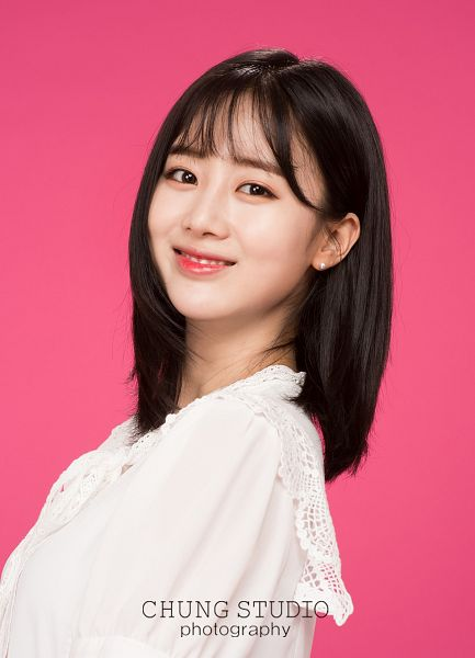 Tags: K-Pop, Berry Good, Daye, Black Eyes, Pink Background, Grin, Free Travel