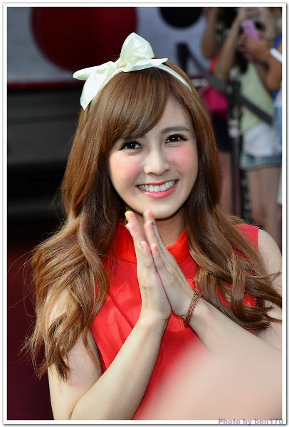 Tags: C-Pop, Popu Lady, Dayuan, Bracelet, Red Carpet, Make Up, Sleeveless Dress, Blush (Make Up), White Bow, Red Dress, Hair Bow, Sleeveless