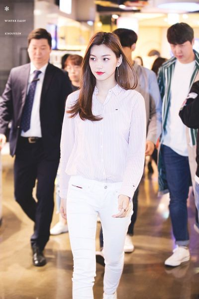 Tags: K-Pop, I.O.I, Doyeon, Striped, Looking Away, White Pants, Striped Shirt, Airport, Walking, Winter Daisy