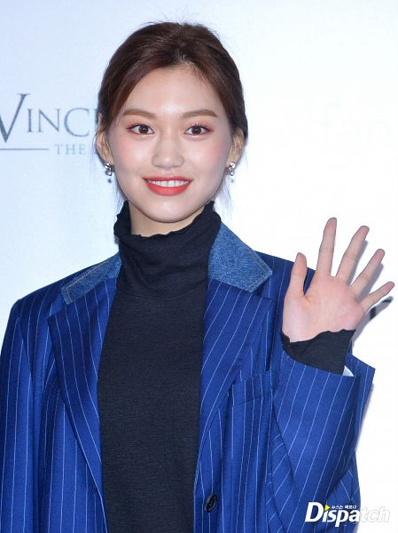 Tags: K-Pop, Weki Meki, Doyeon, Close Up, Striped Jacket, Blue Jacket, Wave, Turtleneck, Collar (Clothes), Red Carpet, Hair Up, Blue Outerwear