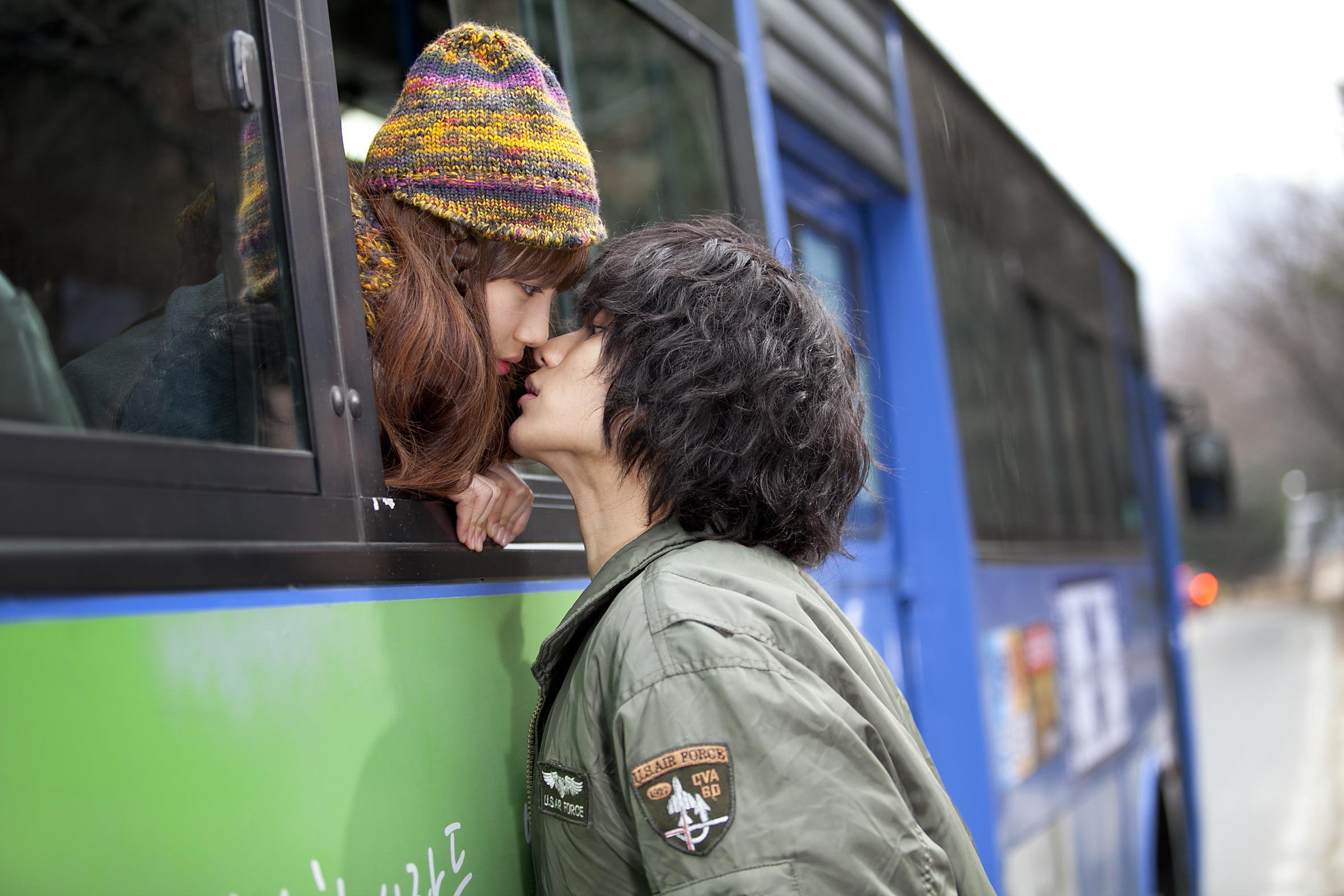 Видео парень целуется с студенткой в автобусе обнимаясь, с волосатой заросшей пиздой ебется видео