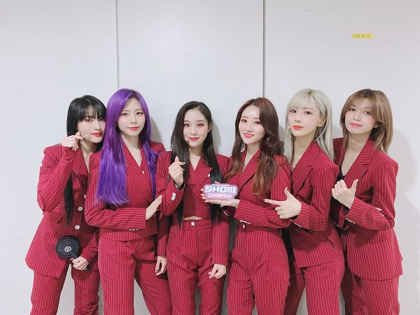 Tags: K-Pop, Dreamcatcher, Kim Yoohyeon, Lee Siyeon, SuA, Jiu, Lee Gahyeon, Dami, Light Background, Striped Pants, Thumbs Up, White Background