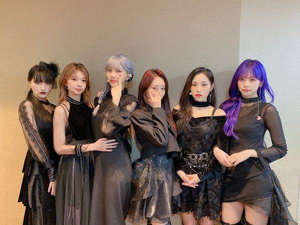 Tags: K-Pop, Dreamcatcher, Lee Siyeon, SuA, Jiu, Lee Gahyeon, Dami, Kim Yoohyeon, Hand On Stomach, Bare Legs, Black Dress, Clasped Hands