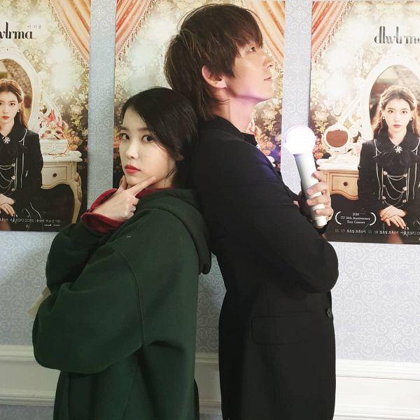 Tags: K-Pop, K-Drama, Lee Jun-ki, IU, Red Shirt, Medium Hair, Lightstick, Back To Back, Duo, Green Hoodie, Black Outerwear, Looking Up