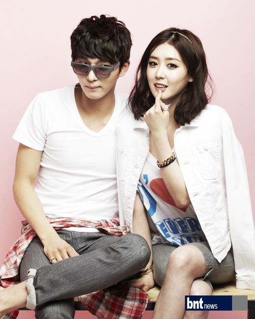 Tags: K-Drama, Lee Seul-bi, Oh Hyeok-won, Ring, Sitting On Table, Table, Pink Background, Glasses, Crossed Legs, Sunglasses, Gray Shorts, Duo