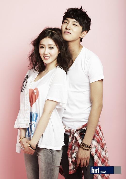 Tags: K-Drama, Lee Seul-bi, Oh Hyeok-won, Duo, Gray Shorts, Short Sleeves, Gray Pants, Shorts, Bracelet, Pink Background