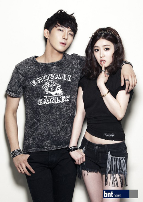 Tags: K-Drama, Oh Hyeok-won, Lee Seul-bi, Black Pants, Bracelet, Light Background, Black Shorts, White Background, Duo, Ring, Short Sleeves, Shorts