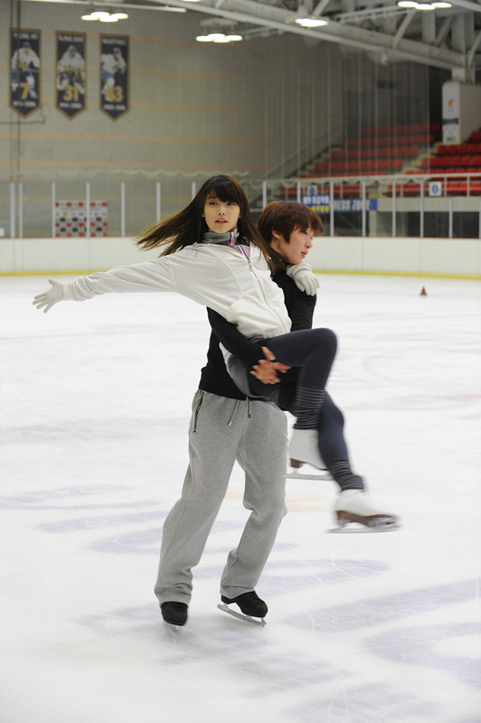 Tags: K-Pop, Choi In-hwa, IU, Arm Around Shoulder, Ice, Carry, Duo, Ice Skating, Ice Skates