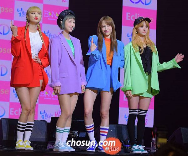 Tags: K-Pop, EXID, Park Junghwa, Le, Seo Hyerin, Hani, Twin Tails, Four Girls, Bare Legs, Shoes, Green Outerwear, Sneakers