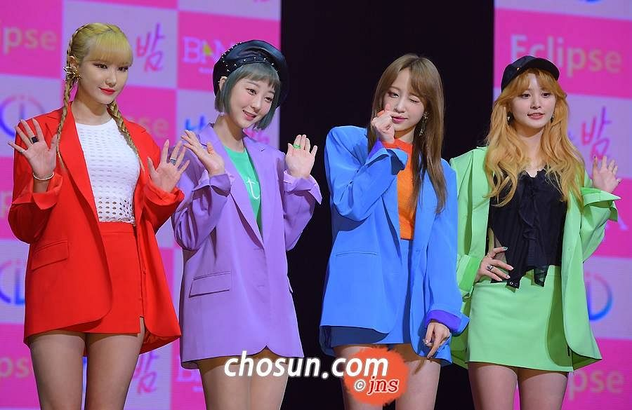 Tags: K-Pop, EXID, Le, Park Junghwa, Hani, Seo Hyerin, Red Jacket, Green Outerwear, Hand On Hip, Skirt, Green Skirt, Blue Jacket