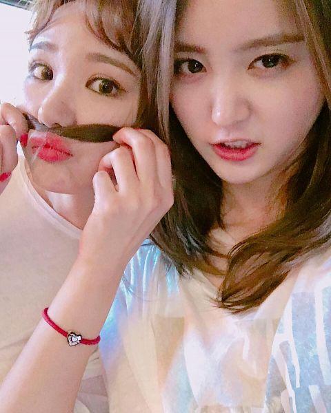 Tags: K-Pop, EXID, Le, Park Junghwa, Two Girls, Close Up, Duo, Bracelet, Selca