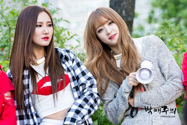 Tags: K-Pop, EXID, Le, Hani, Open Shirt, Red Lips, Midriff, Checkered Shirt, Cardigan, Shorts, White Shorts, Outdoors