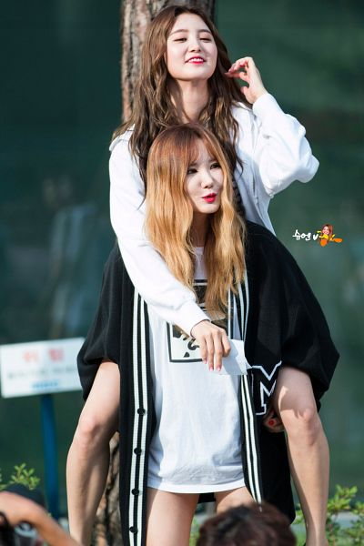 Tags: K-Pop, EXID, Park Junghwa, Le, Two Girls, Black Jacket, Duo, Piggyback, Looking Away, Arm Around Shoulder, Carry, Hand On Hip