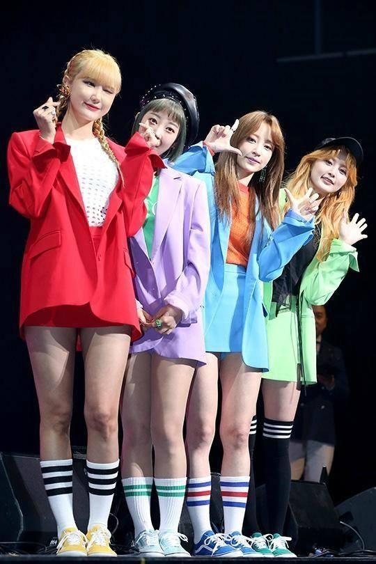 Tags: K-Pop, EXID, Le, Hani, Park Junghwa, Seo Hyerin, Wink, Green Shirt, Blue Outerwear, Bare Legs, Heart Gesture, Red Outerwear