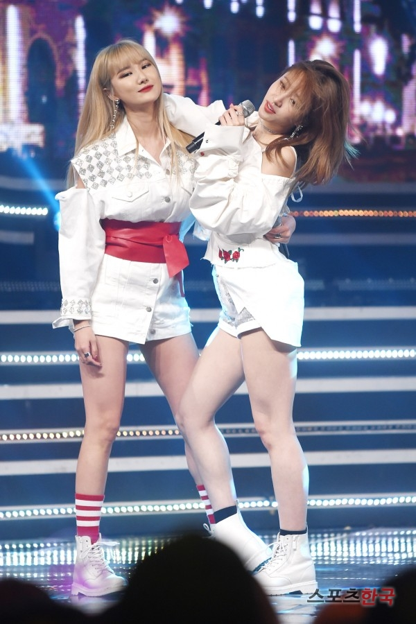 Tags: K-Pop, EXID, Le, Hani, Bare Legs, Sneakers, Black Legwear, Red Legwear, Belt, Ring, Holding Close, Bare Shoulders