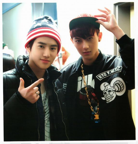 Tags: K-Pop, EXO, Suho, Huang Zi Tao, Striped Shirt, Pointing, Striped, Black Jacket, Necklace, Two Males, Hat, Duo
