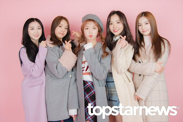 Tags: Hunus Entertainment, K-Pop, Elris, Bella, Lee Yukyung, Karin, Hyeseong, Kim Sohee (Elris), Checkered Jacket, Heart Gesture, Holding Close, Jacket