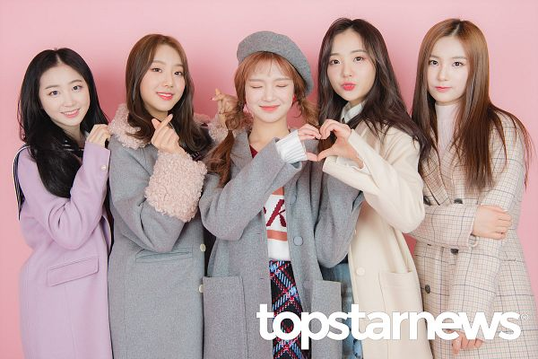 Tags: Hunus Entertainment, K-Pop, Elris, Lee Yukyung, Karin, Hyeseong, Kim Sohee (Elris), Bella, Heart Gesture, Pink Background, English Text, Checkered Jacket