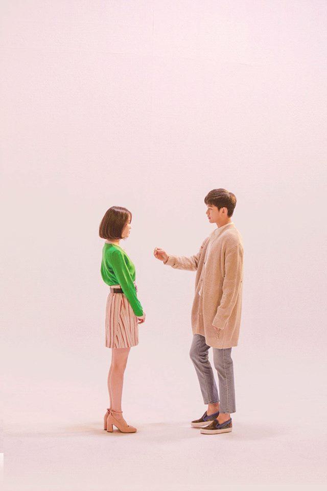 Tags: K-Drama, K-Pop, Ending Scene, IU, Kim Soo-hyun, White Background, Jeans, Pants, Full Body, Green Shirt, Short Hair, Looking At Another