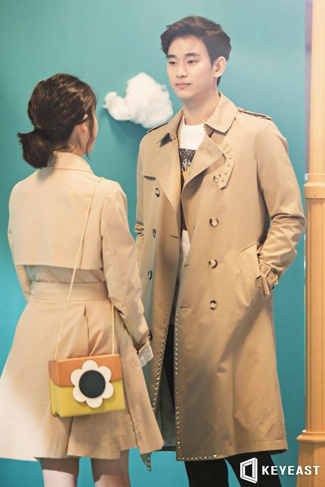 Tags: K-Pop, K-Drama, Ending Scene, IU, Kim Soo-hyun, Bag, Standing, Short Hair, Brown Outerwear, Looking At Another, Hand In Pocket, Palette