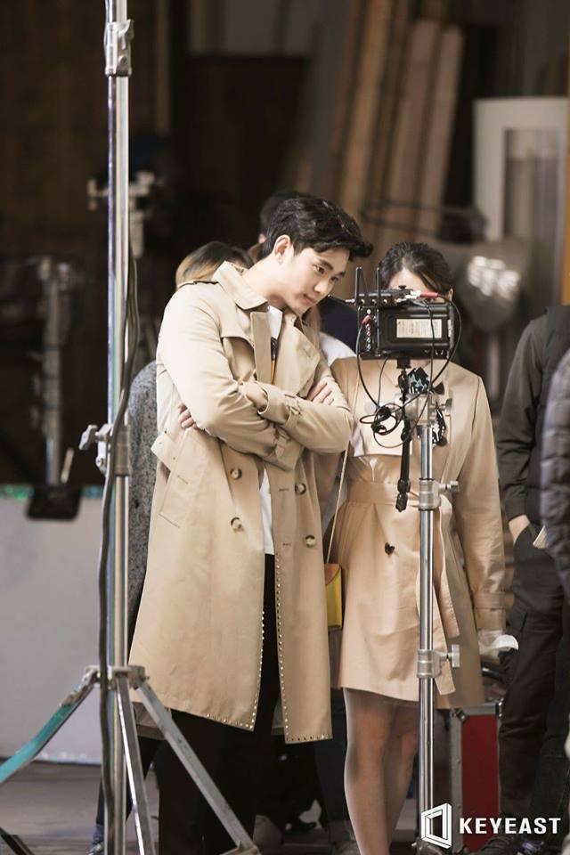 Tags: K-Pop, K-Drama, Ending Scene, Kim Soo-hyun, IU, Brown Outerwear, Crossed Arms, Standing, Duo, Short Hair, Palette