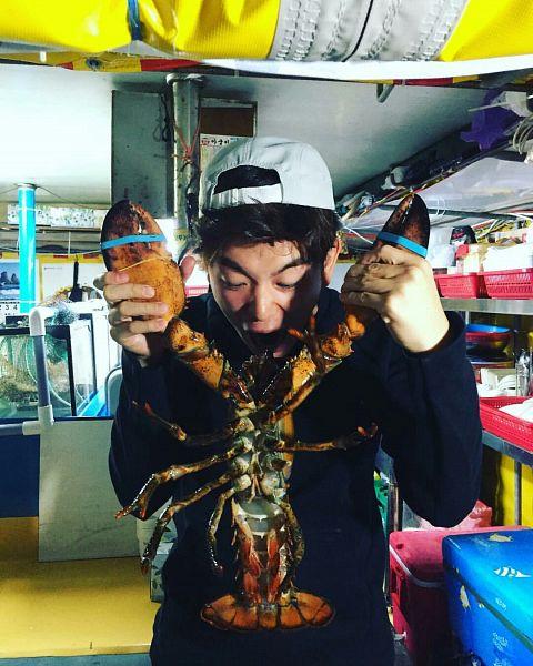 Tags: K-Pop, Eric Nam, Looking Down, Animal, Crustacean, Holding Object, White Headwear, Blunt Bangs, Instagram