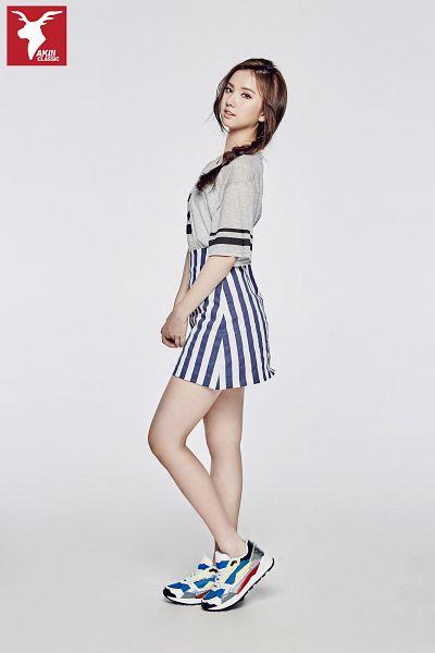 Tags: K-Pop, G-friend, Eunha, Skirt, Single Braid, Gray Shirt, Sneakers, Braids, Full Body, Gray Background, Shoes, Striped Skirt