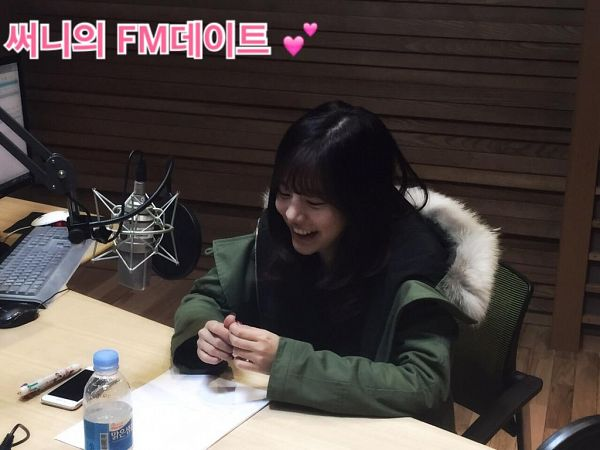 Tags: Girls' Generation, Sunny, Water, Sitting, Sitting On Chair, Green Outerwear, Korean Text, Smartphone, Black Shirt, Microphone, Computer, Laughing