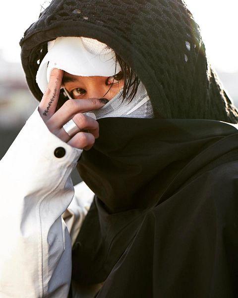 Tags: K-Pop, BIGBANG, G-Dragon, White Headwear, Hood, Hood Up, Covering Mouth, Close Up, Ring, Nike, Instagram
