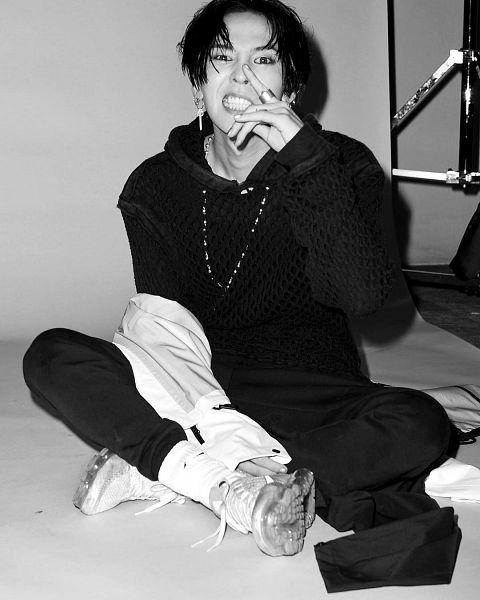 Tags: K-Pop, BIGBANG, G-Dragon, Monochrome, White Footwear, Black Pants, Shoes, Sneakers, Socks, Sitting On Ground, Black Outfit, Instagram