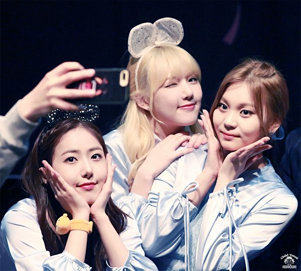 Tags: K-Pop, G-friend, Umji, Jung Yerin, SinB, Trio, Hair Bow, Hair Ornament, Wink, Three Girls, Hair Up, Dark Background