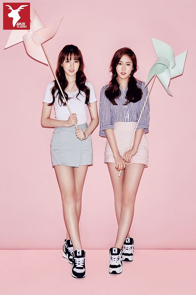 Tags: K-Pop, G-friend, Jung Yerin, SinB, Shorts, Pink Background, Pinwheel, Simple Background, Twin Tails, Short Sleeves, Full Body, Pink Shorts