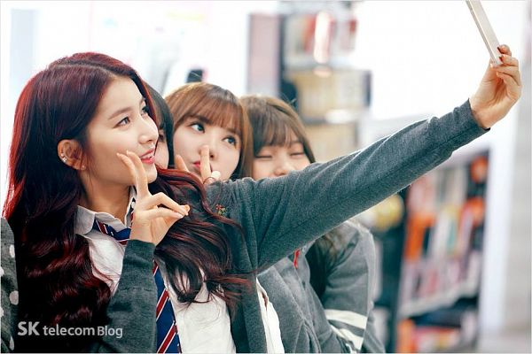Tags: K-Pop, G-friend, Sowon, Umji, Yuju, Eunha, Tie, Quartet, Looking at Phone, Four Girls, Eyes Closed, Phone