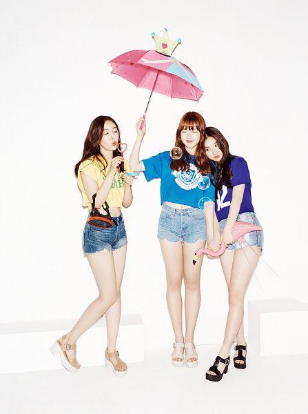 Tags: K-Pop, G-friend, SinB, Eunha, Jung Yerin, Eyes Closed, Mask, White Background, White Footwear, Shorts, Umbrella, Trio