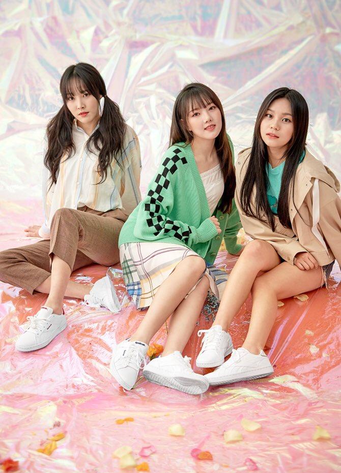 Tags: K-Pop, G-friend, Yuju, Jung Yerin, Umji, Shorts, Brown Pants, Twin Tails, Three Girls, Skirt, Trio, Reebok