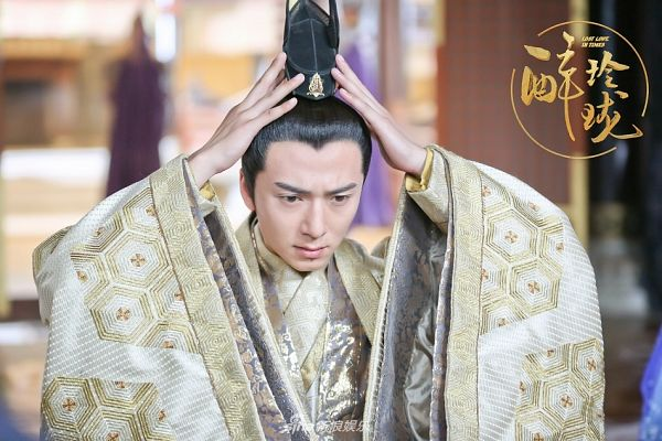 Tags: C-Drama, Gao Yiqing, Logo, Serious, Chinese Text, Chinese Clothes, Hand On Head, Traditional Clothes, Text: Series Name, Lost Love In Times