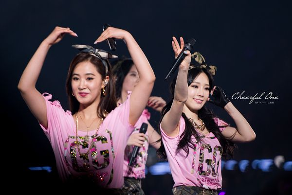 Tags: SM Town, K-Pop, Girls' Generation, Kwon Yuri, Kim Tae-yeon, Black Bow, Green Shorts, Hair Bow, Bow, Heart Gesture, Wave, Matching Outfit